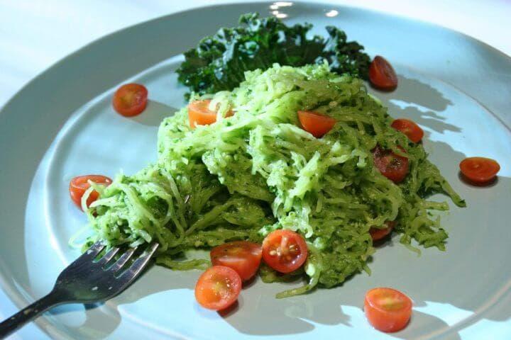 Calabaza de espagueti y pesto rica en fibra