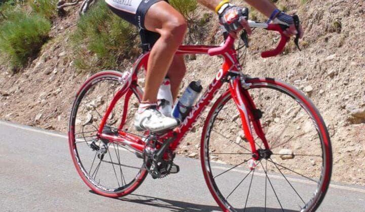 Que debe hacer un ciclista para tener las rodillas fuertes