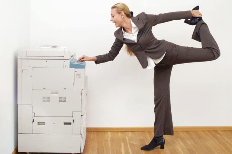 6 movimientos de yoga que puedes hacer en tu despacho