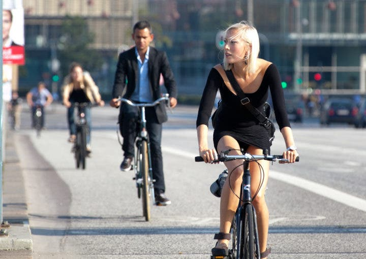 Mantén el contacto visual con los ciclistas