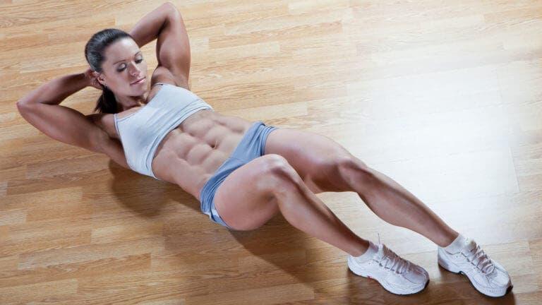 Tanto los sit-ups como los encogimientos declinados tonificarán tu abdomen