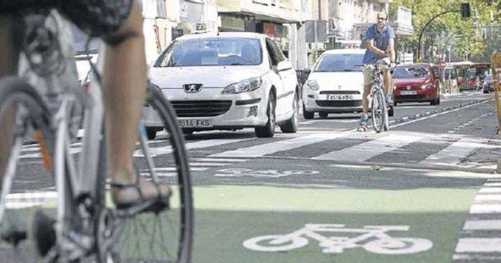 Los ciclistas conducen en carriles bici y en carretera
