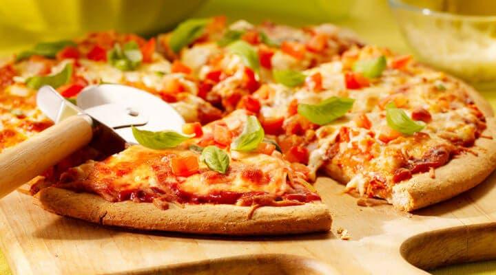 Preparar una bruschetta con la pizza sobrante