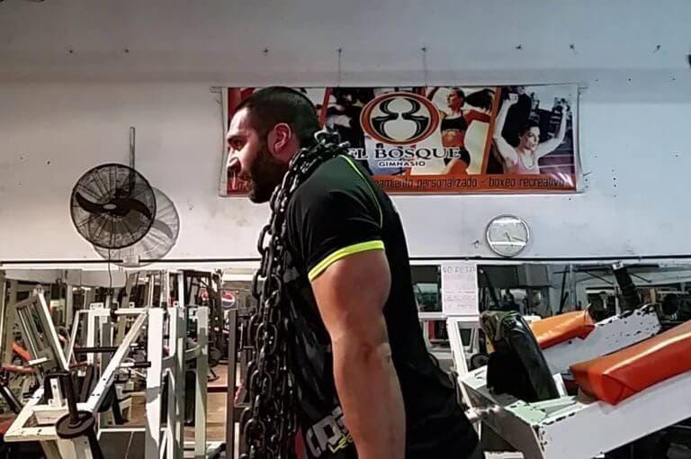 5 ejercicios con cadenas para transformar tu entrenamiento de fuerza