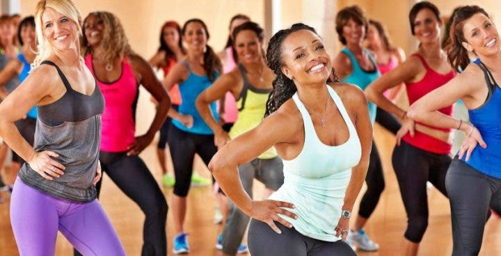 Las personas en forma se divierten haciendo ejercicio
