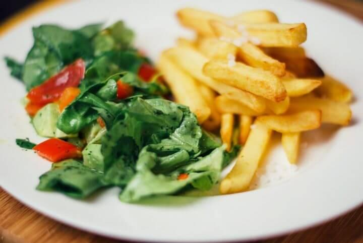 Escoger ensalada en vez de papas fritas al cenar fuera