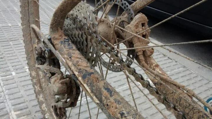 No debes almacenar tu bicicleta sucia