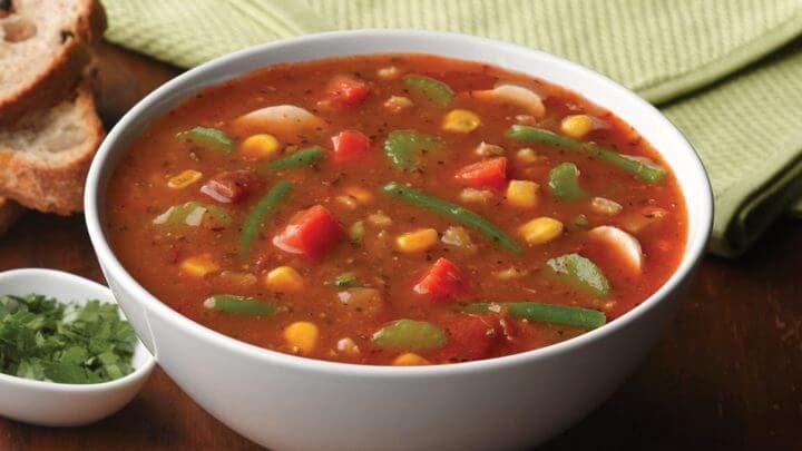 Comer sopa de verduras como entrada