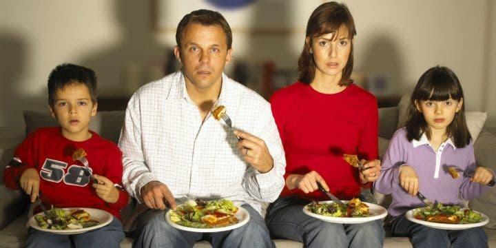Consecuencias de comer viendo la televisión