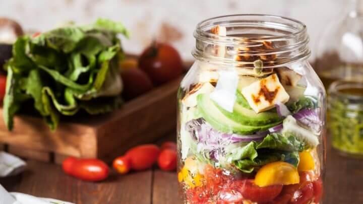 ¿Cómo hacer una ensalada de fresas y pepino en frasco?