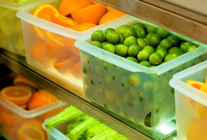 Guardar frutas y verduras en recipientes visibles para comerlas más