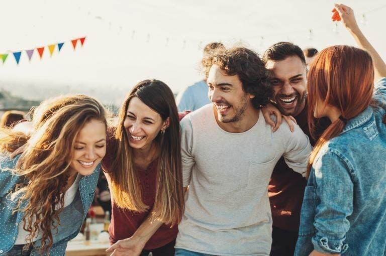 7 hábitos atemporales que siempre encontrarás en la gente feliz
