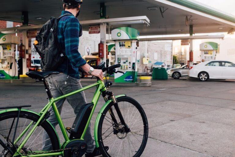 Montar bicicleta eléctrica con precaución