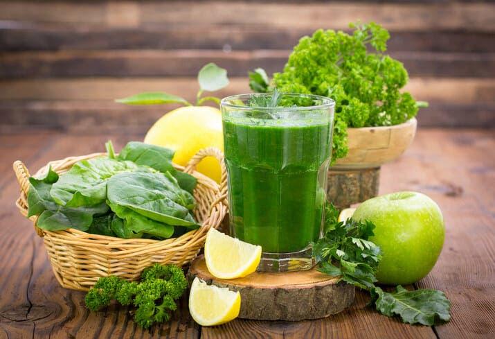 Tomar zumo verde por la mañana es un buen hábito