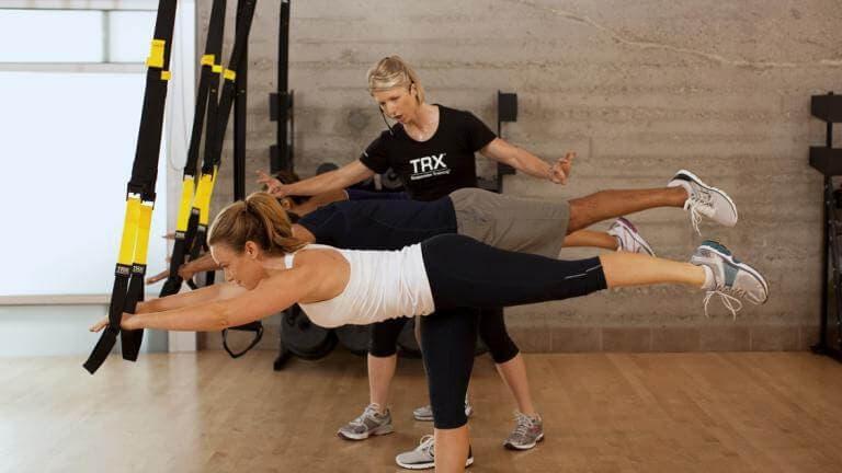 Ejecutar poses de yoga complicadas con TRX