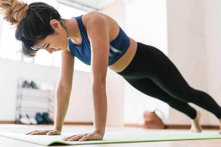 Las 7 mejores variantes de planks para principiantes