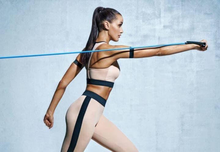 Ejercicios con bandas de resistencia para brazos y espalda