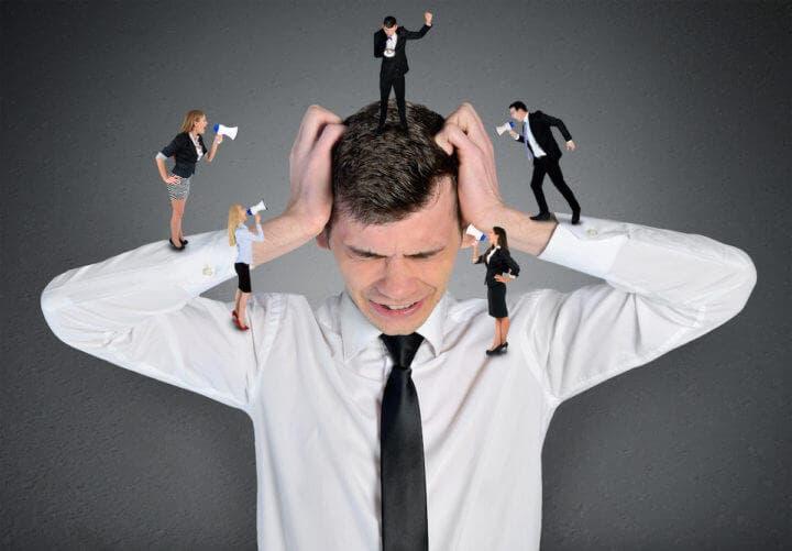 Hábitos en la oficina irritantes