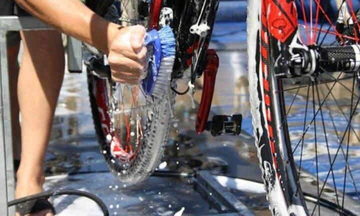 Cómo limpiar la bicicleta de carretera