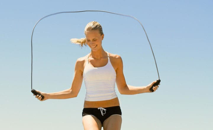 Saltar la cuerda quema 10 calorías por minuto