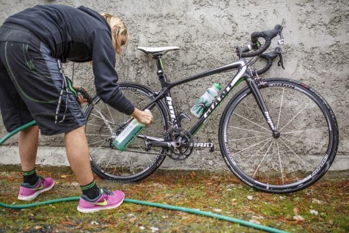 Cómo limpiar cuidadosamente una bicicleta