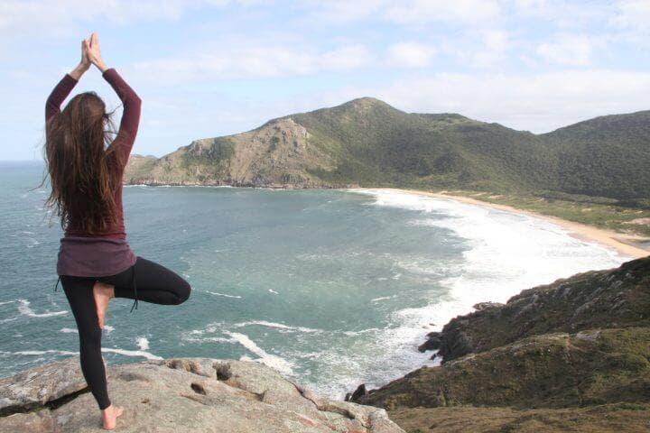 Con la pose del árbol puedes equilibrar tu cuerpo