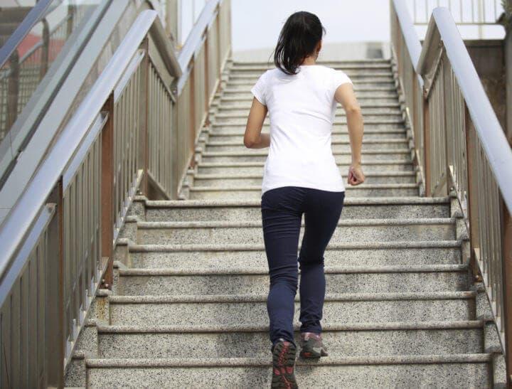 ¿Por qué sentimos tanta fatiga tras subir escaleras?