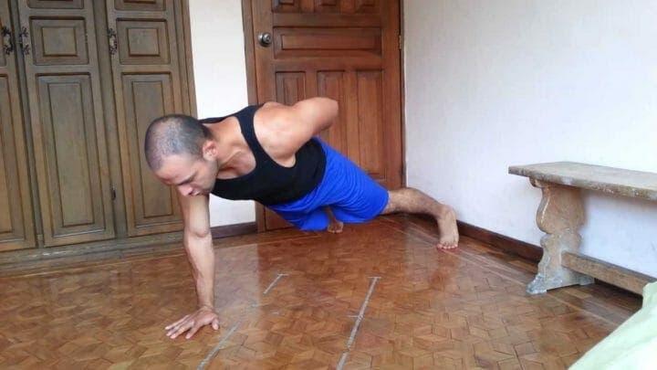 Flexiones con un brazo para abdominales fuertes