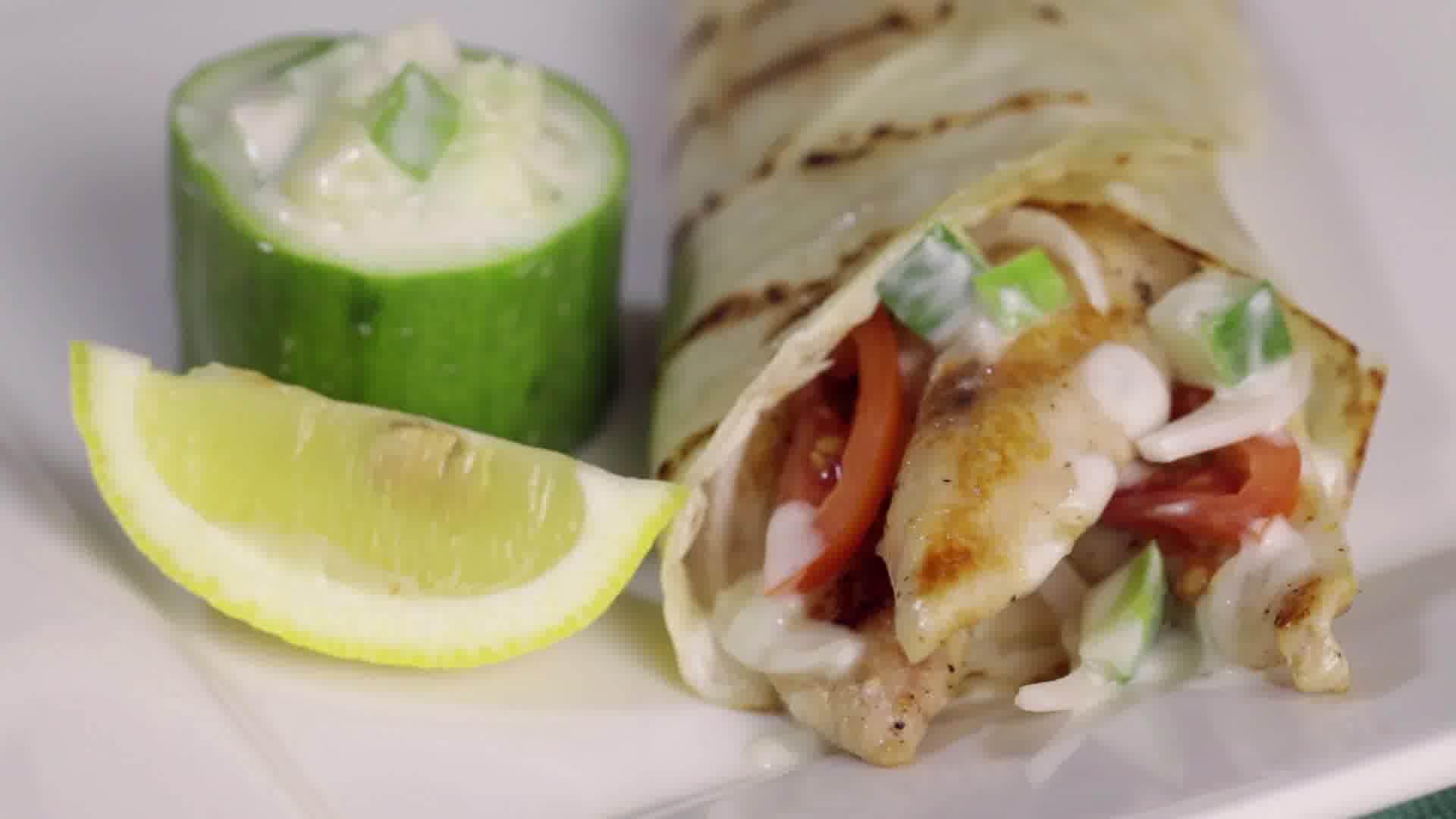 C mo hacer gyros de pollo griegos con salsa salsa tzatziki entrenamiento - Como se hace pollo en salsa ...
