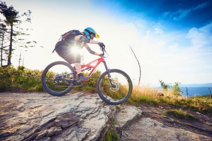 Cómo equiparte para entrenar ciclismo