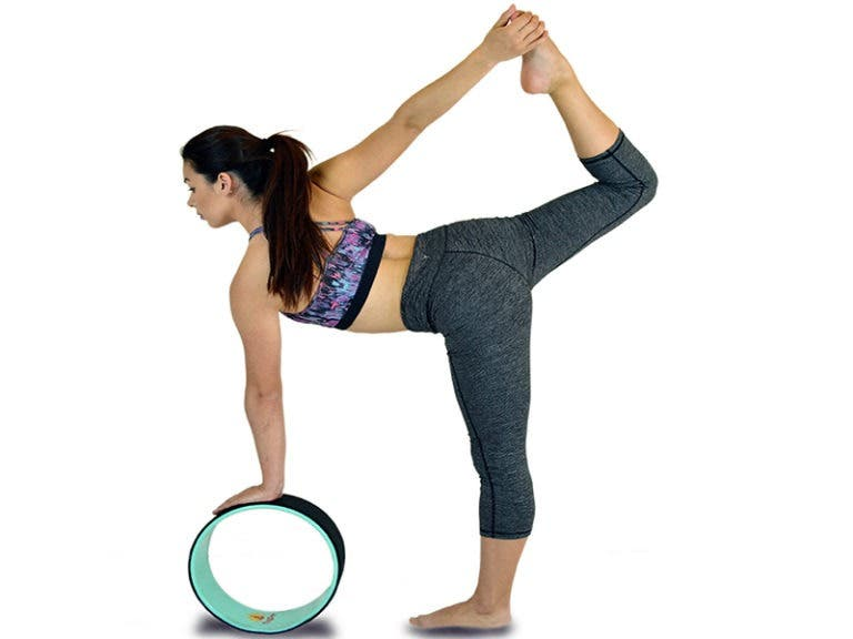 Mejores poses para practicar con rueda de yoga