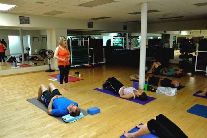 Postura del puente de yoga para calmar la ansiedad