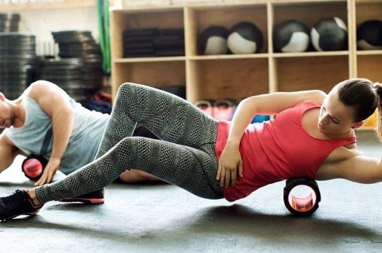 5 ejercicios con foam roller para reducir el dolor de espalda en ciclistas