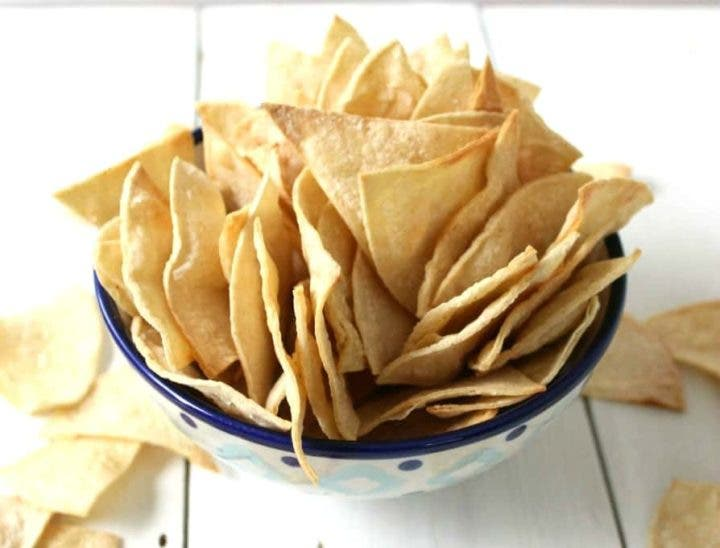 Chips o tortitas para agregar a la ensalada como topping