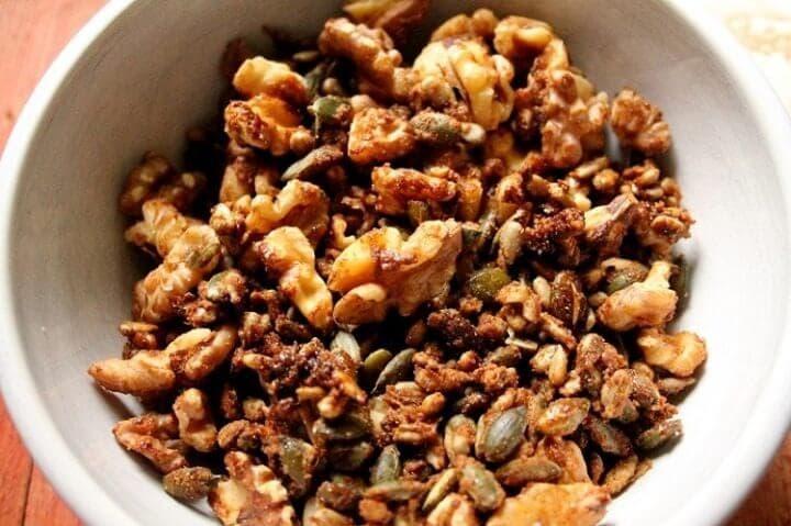 Nueces y semillas como aderezo para ensalada