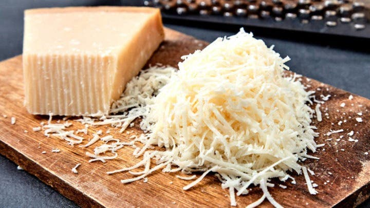 Beneficios de agregar queso rallado a la ensalada