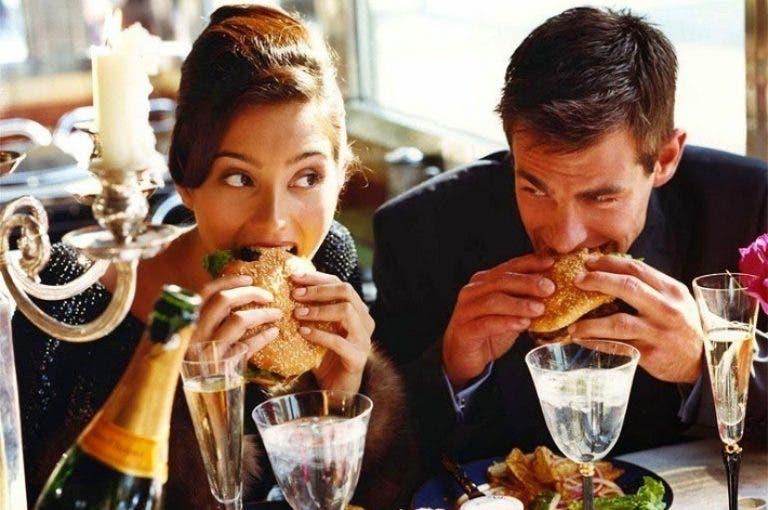 La extraña razón por la cual los hombres comen más que las mujeres