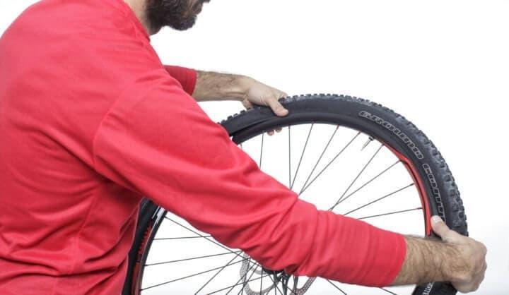 Revisar la presión de las llantas de bicicleta con regularidad