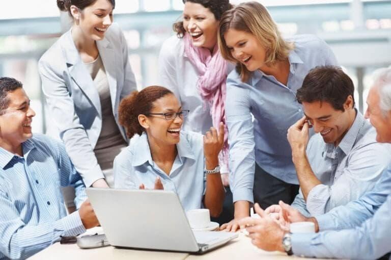 5 trampas potenciales de socializar demasiado en el trabajo