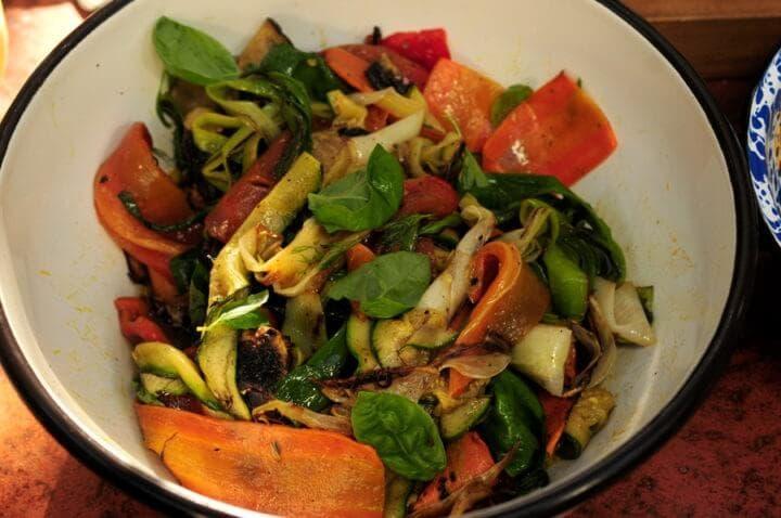 Preparación de ensalada de verduras asadas