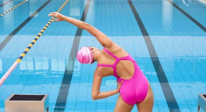 ¿Cómo estirar los brazos en un calentamiento de natación?