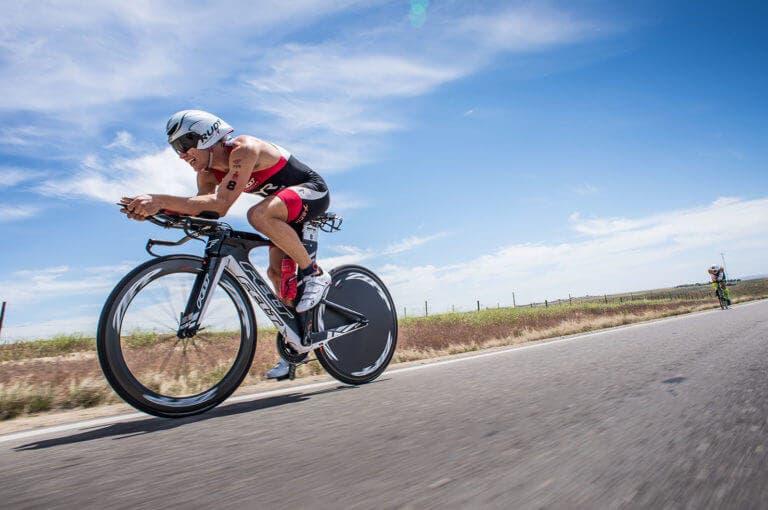 Implicaciones de la baja disponibilidad energética en ciclistas masculinos