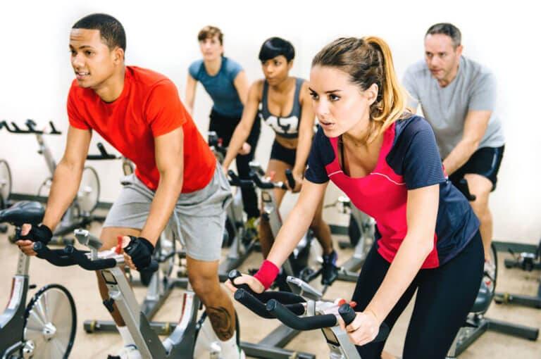 Cómo practicar ciclismo en casa sin necesidad de comprarte una peloton