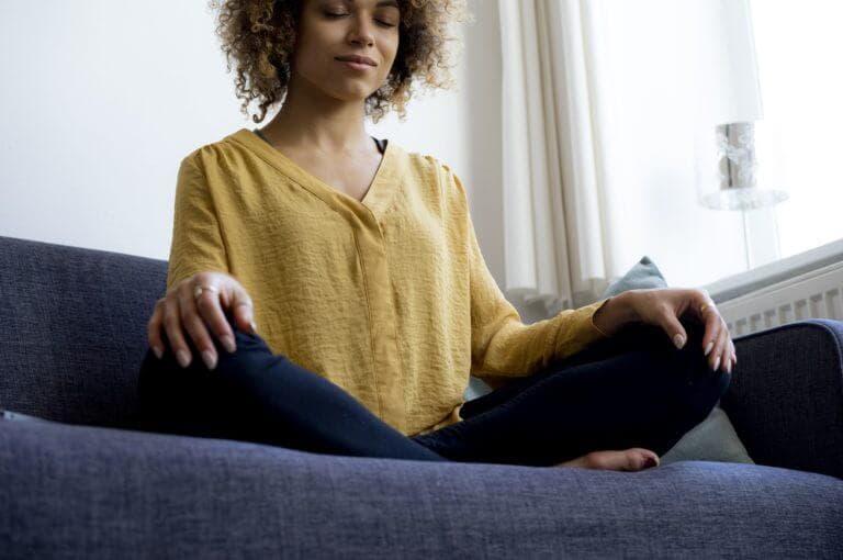 6 movimientos saludables que puedes hacer mientras estés sentado