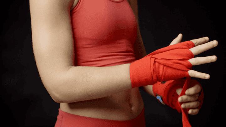 Cómo vendarse las manos adecuadamente para boxear