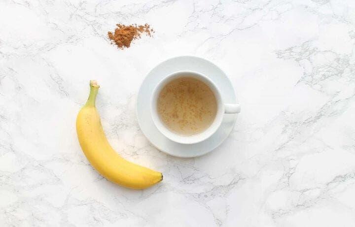 Preparar infusión de plátano para dormir mejor