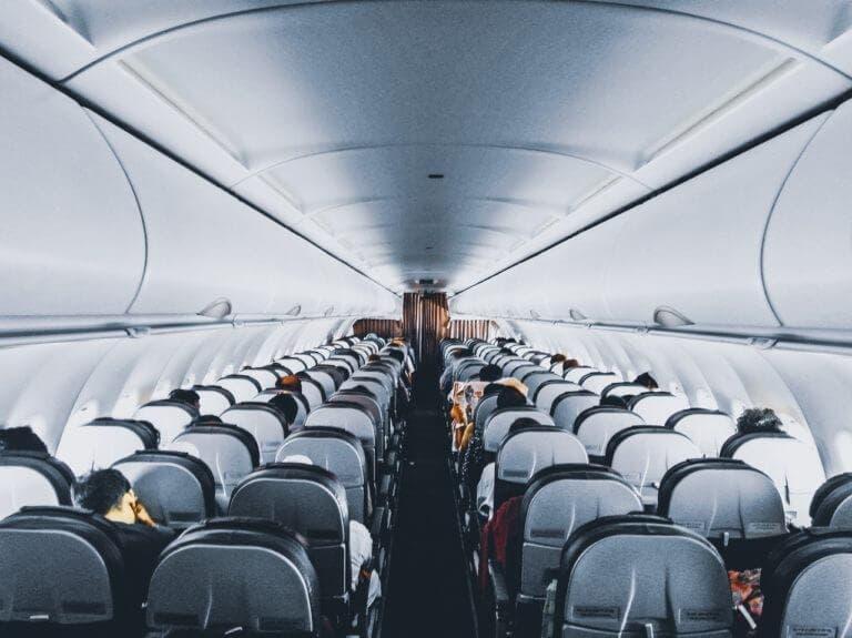 Cómo permanecer saludable en un vuelo largo