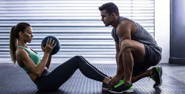 Movimientos con balón medicinal para el entrenamiento del core