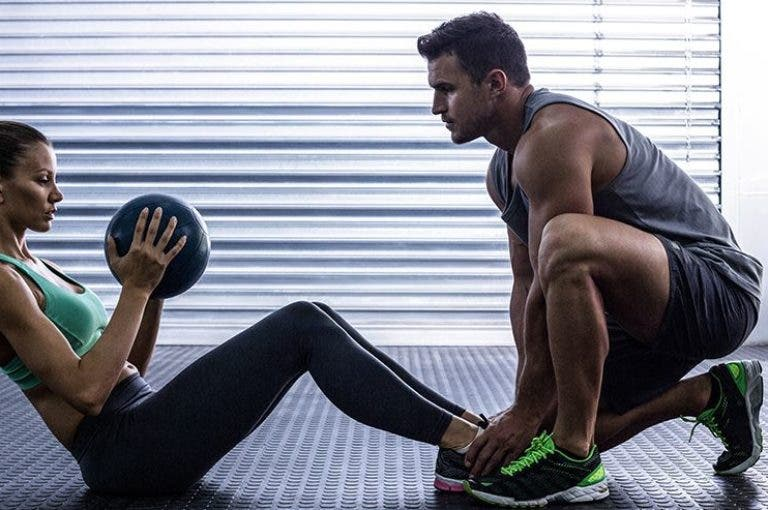 8 movimientos para fortalecer el core con balón medicinal