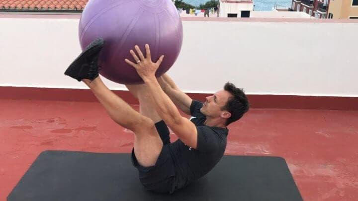 Rutina de core con balón de ejercicio
